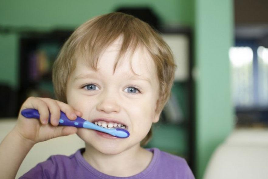 cepillar los dientes del bebé